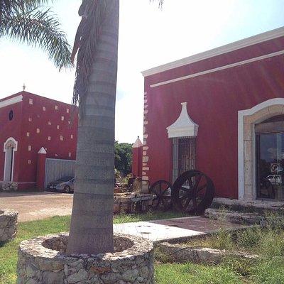 Vista por fuera de la tienda, son dos casas Hacienda Style