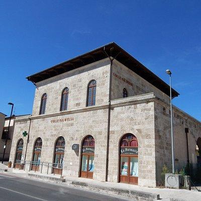 La vecchia stazione sulla piazza, ora riadattata