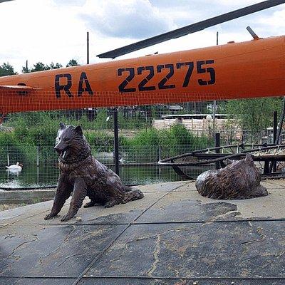 Есть даже скульптуры собак, что порадовало и развеселило