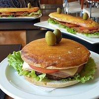 Sándwiches en pan casero