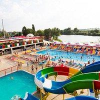Территория аквапарка - это большой развлекательный комплекс водных аттракционов.