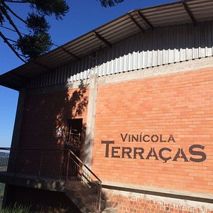 Foto da fachada e entrada da vinícola.