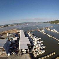 Foto áerea que registra um pouco de nossa estrutura e a vista para o canal
