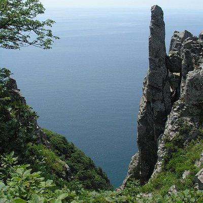 в окрестностях много причудливых скал, живой лес и - бескрайнее море