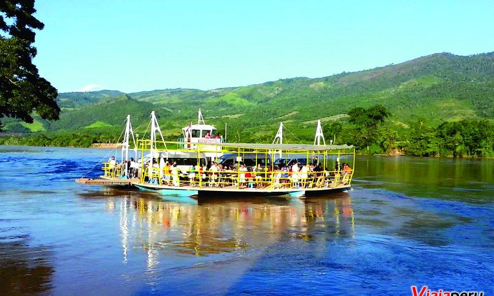 Cruzando el rio en la plataforma para llegar a Laguna Azul