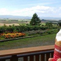 西向きの庭からの眺め。肉眼では100倍綺麗です。(ソフトクリーム、撮影前に食べ始めてしまいました…)