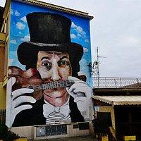 un grande murales all'entrata dedicato alla musica