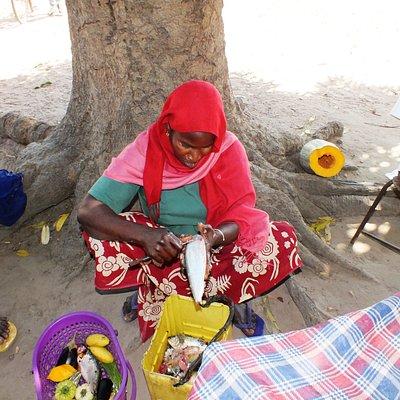 Village Life Tour. Op een klein lokaal marktje wordt deze vis schoongemaakt en verkocht.