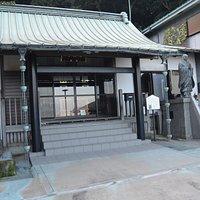 現代的な本堂・脇には日蓮聖人像