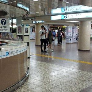 銀座駅構内にある案内所の様子