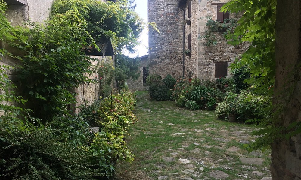 Foto scattate all'antica Pieve di Roffeno, in particolare si notino le vecchie campane ancor ogg