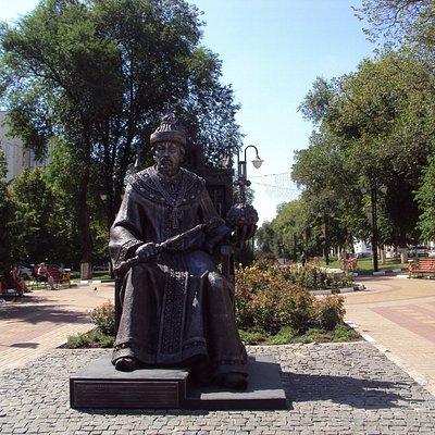 Памятник царю Фёдору Иоанновичу - основателю Белгорода. Народный бульвар.