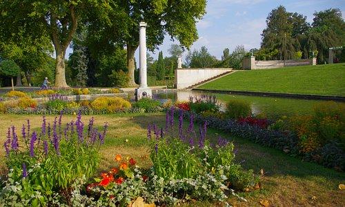 Дворец окружён цветниками