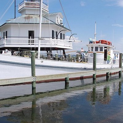 Scenic Miles River cruises aboard the 1920 buyboat Winnie Estelle, departing from CBMM, St. Mich
