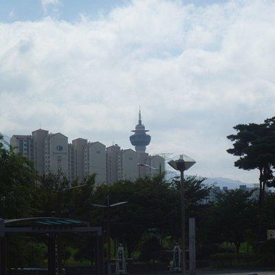 高層ビルの間