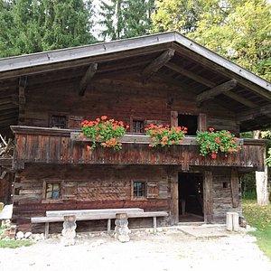 Eines von mehreren Hütten auf dem Gelände