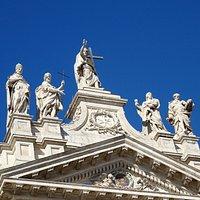SUPERBES Statues des Apôtres au centre de la Façade de la Basilique