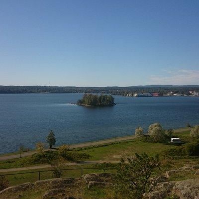 Utsikten är fantastisk över Hudiksvallsfjärden!  Det gamla sångartemplet är en ståtlig upplevels