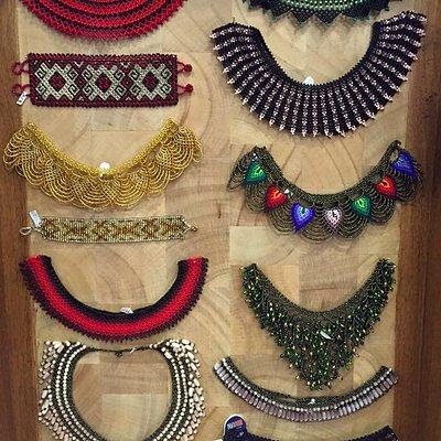 Collares manufacturados por artesanos Ecuatorianos