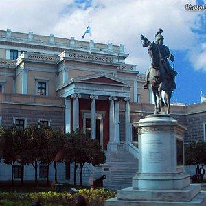 Esterno del museo storico con la statua di Kolokotronis