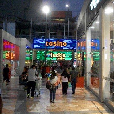 Casino piccolo ma con slot carine, ambiente pulito e cordiale, senza eccessi. Il cibo va consuma