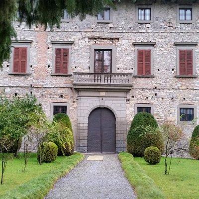 L'ingresso del palazzo, vista dalla cancellata