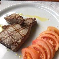 Astice con pistacchi, tonno rosso alla griglia