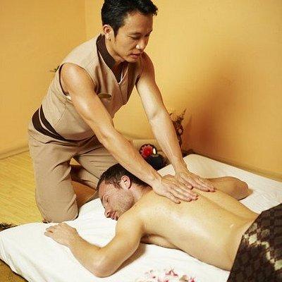 Mr. Skuldech, the best men Thai Masseur in Ljubljana, performing a massage