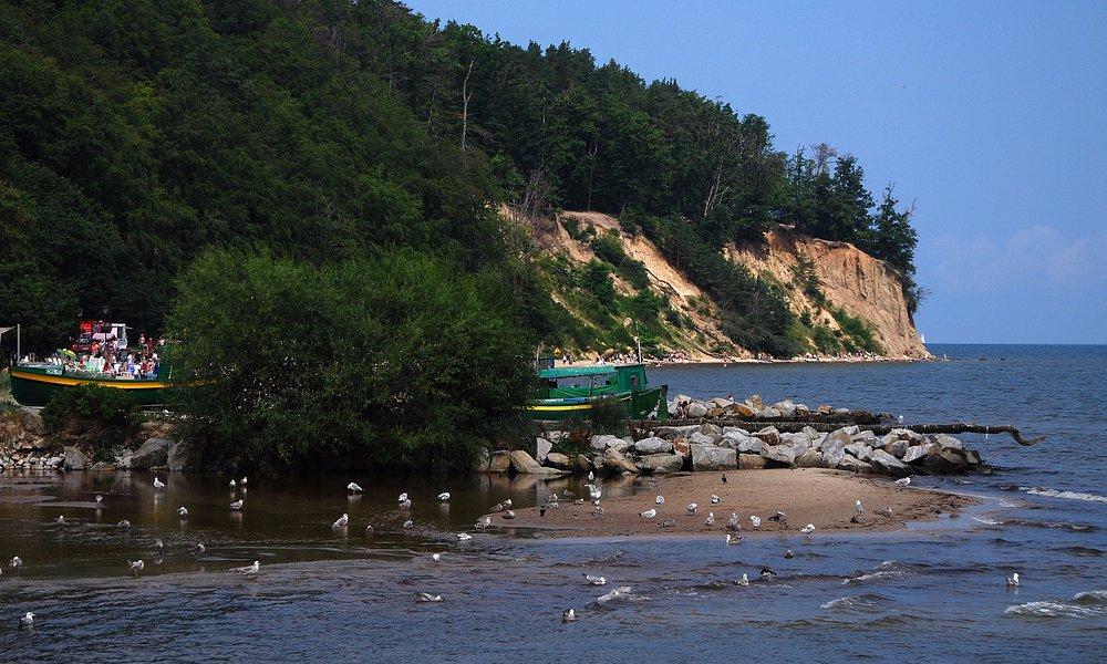 Widok w stronę klifu i kutrów rybackich.