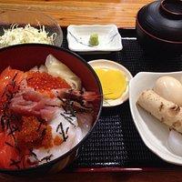 海鮮丼におでんが何故かついてなんと800円。「夜のランチ」という表記も衝撃的です。