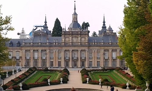 L'arrière du palais côté jardin et buffet d'eau