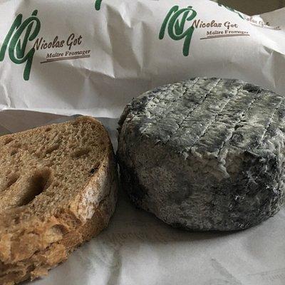 Superbe accueil à la fromagerie grosso à Toulon avec un choix de fromages important