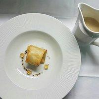 Ravioli de foie amb oli de tofona,  daus de moscatell i velouté d'escudella i carn d'olla