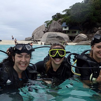 Happy girls, diving is FUN!