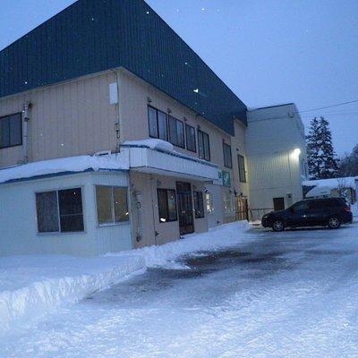 施設の前の駐車場