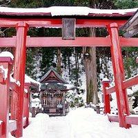 白虎隊士のお墓への北側参道の入口にある神社です。