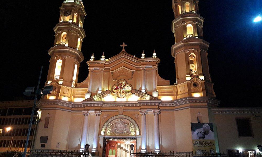 vista desde el parque al frente de la Basilica de Piura