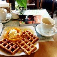 Waffle with whipt cream and mango