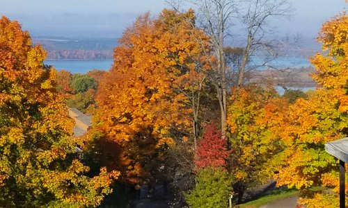 Beautiful fall colors.  Wonderful weekend getaway.  Restaurant terrific.  Will definitely go bac