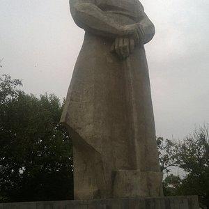 """Величественный монумент """"Созтдатель"""""""