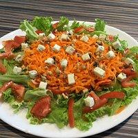 Salade Du Verger  salade, tomate fraiche, carotte rapé, roquefort, noix