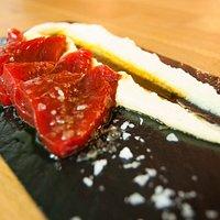 Sashimi de atún marinado con hummus