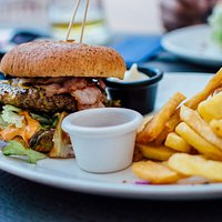 Un grand choix de plats chauds : grillades, volaille, poisson, pâtes, burger...
