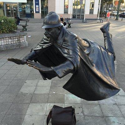 предлагаю другое название памятника - летающие полицейские Брюсселя
