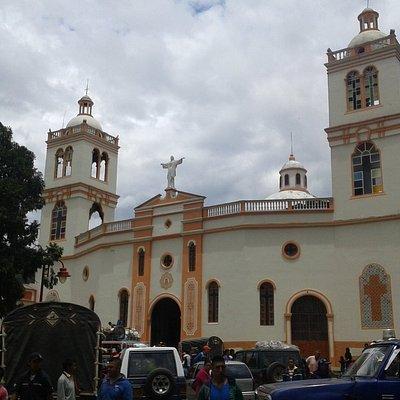 Iglesia Nuestra Senora del perpetuo socorro depuis la place principale de Silvia