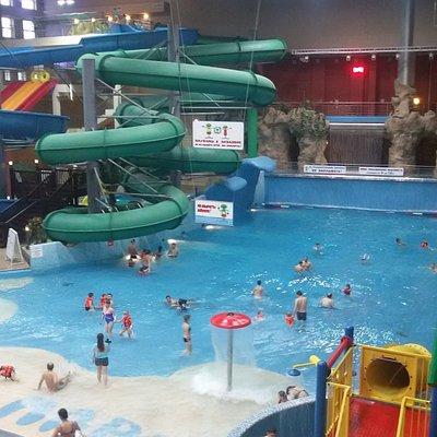 Аттракционы горки и бассейн и искусственной волной