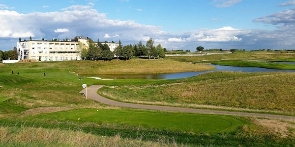 Albatros Course, hole #16, and Novotel Saint Quentin Golf Hotel
