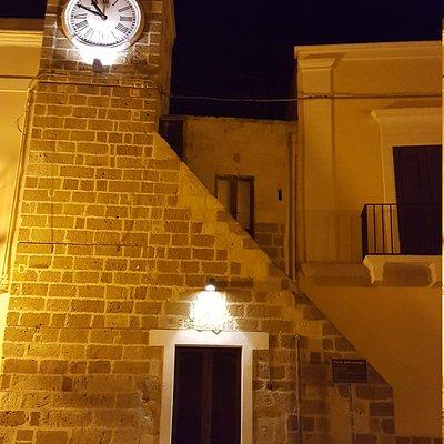 Torre dell'orologio e strada..