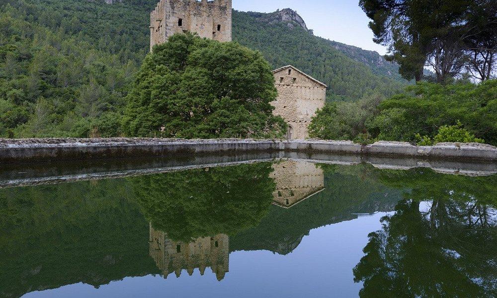 Vista general del Monasterio y del estanque.