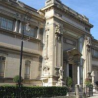 La façade du musée des beaux-arts de Nîmes